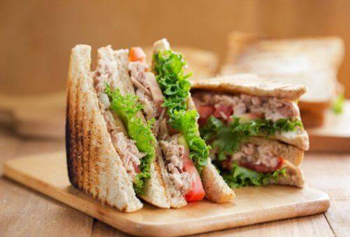 Les tartines grillées ou sous forme de sandwichs font partie des apéritifs rapides les plus simples.