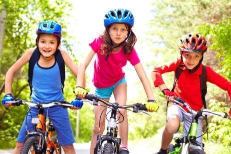 Des filles roulent en vélo