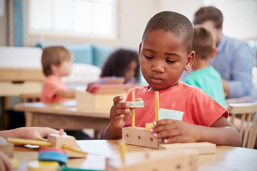La table de la paix est l'une des nombreuses ressources Montessori pour l'éducation des enfants.