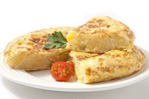 La tortilla espagnole est l'une des fameuses recettes avec des oeufs pour enfants.