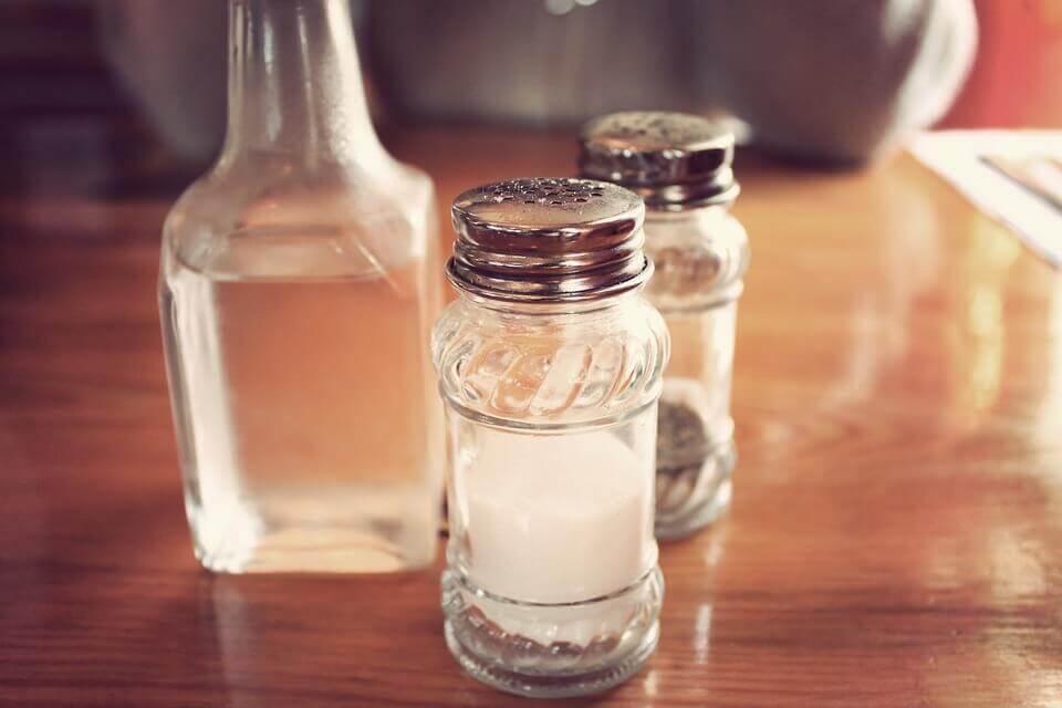 Le sel et le vinaigre blanc sont excellents pour enlever les taches de colle sur les meubles.