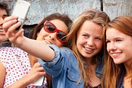 Des adolescents se prennent en photo