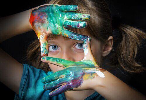 L'éducation artistique, et avec elle la présence de l'art dans l'éducation, favorise le développement complet des enfants.