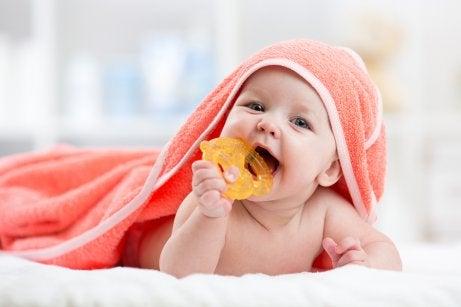 Un bébé mord son anneau de dentition