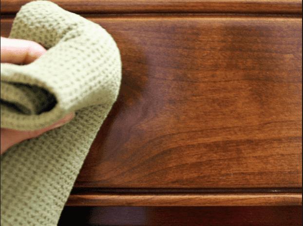 L'essence de térébenthine aide à éliminer la peinture sur les meubles.