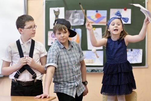 Le théâtre dans la salle de classe des enfants