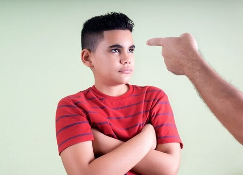 Un enfant qui se fait punir.