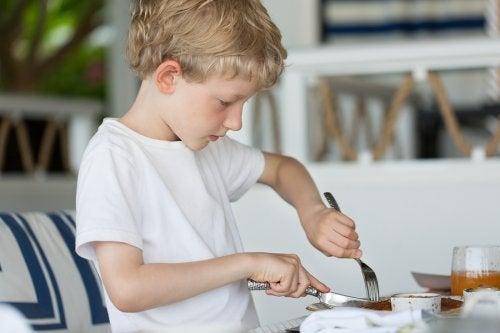 À que âge un enfant peut-il utiliser des couverts ?