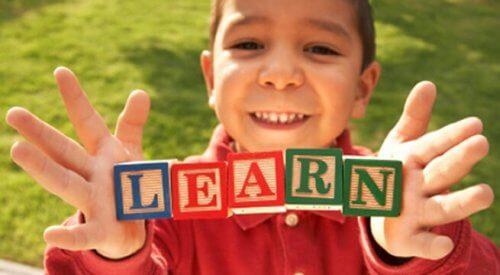 Un enfant forme un mot avec des cubes
