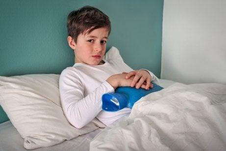 Un enfant avec une bouillote sur le ventre