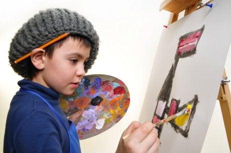 Un enfant peint une toile
