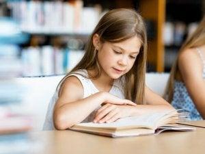Une petite fille qui lit.