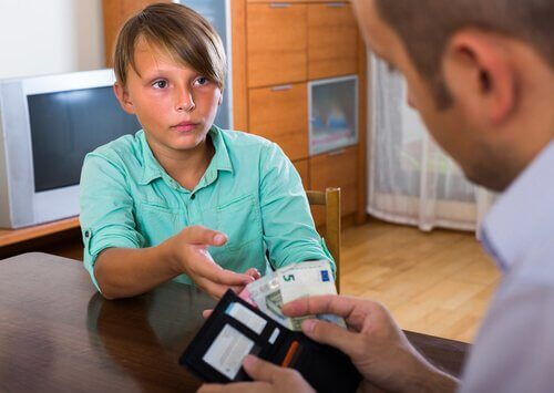 Un enfant qui reçoit de l'argent de poche.
