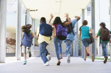 Des enfants sautent au lycée
