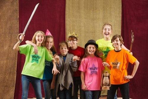 Des enfants font du théâtre