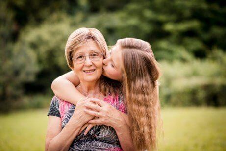 Une fille fait un baiser à sa grand-mère