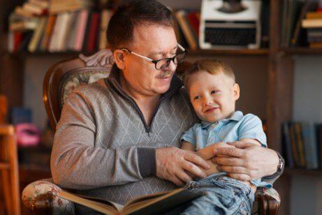 Un grand-père passe du temps avec son petit-fils