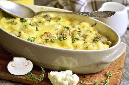 Gratin de pommes de terre et chou-fleur au fromage.