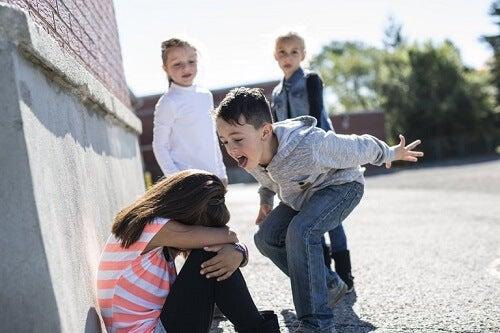 enfants qui se comportent mal en classe