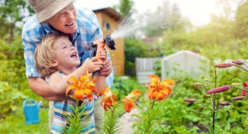 Semer des graines à la maison est un moyen d'apprendre aux enfants et de partager du temps avec eux.