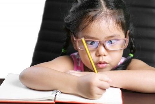 Le strabisme infantilepeut être la cause d'autres maladies, comme la paralysie cérébrale ou l'hydrocéphalie.