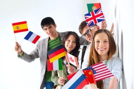 Des étudiants agitent des drapeaux