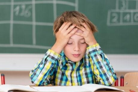 Un enfant souffre de maux de tête