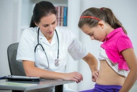 Le médecin ausculte une fille