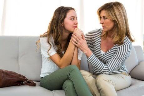 Une mère discute avec sa fille