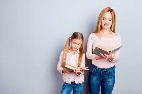 Une mère qui lit avec sa fille