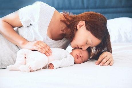 Une mère embrasse son bébé