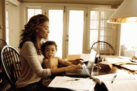 Une mère travaille avec son bébé