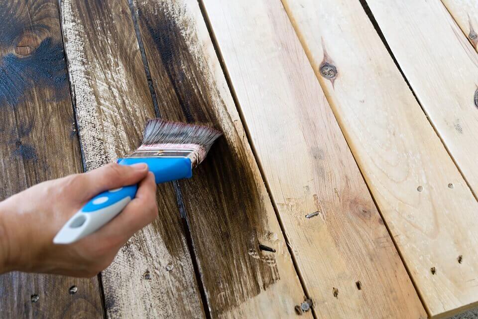 Les produits décapants sont efficaces pour éliminer la peinture sur les meubles.