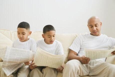 Un père lisant le journal avec ses enfants