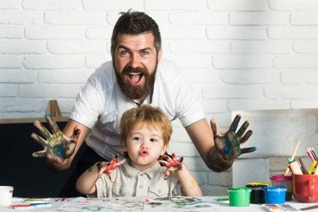 Un père peint avec son fils