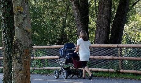 Une mère promène son enfant dans le parc