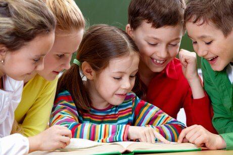 Des enfants en train de faire leurs devoirs