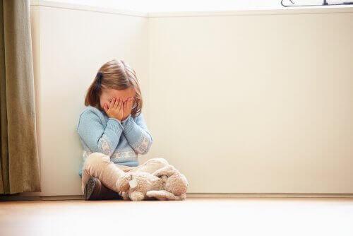 Petite fille qui pleure dans son coin