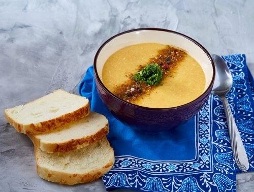 Une soupe au potiron avec des tranches de pain