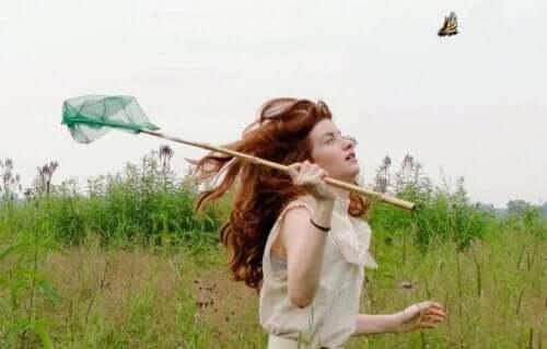 Jeune fille qui chasse un papillon.