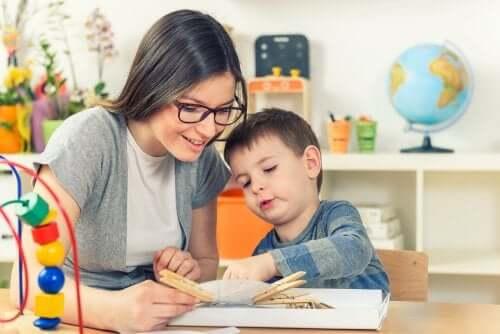 Une enseignantes avec un élève ayant des besoins spécifiques.