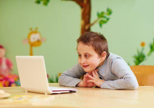 Un enfant devant un écran.