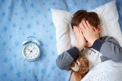 Mon enfant a peur de dormir ailleurs qu'à la maison : que faire ?