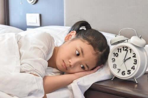 petite fille ayant peur de dormir ailleurs qu'à la maison