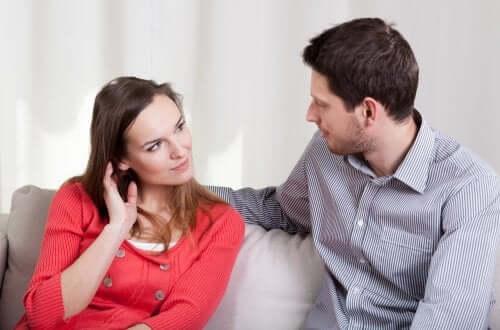 couple parlant de la peur du mariage