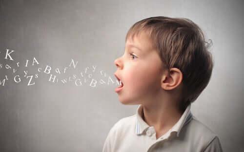 Un enfant prononçant des mots