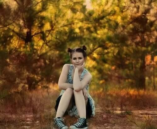 Une adolescente dans la nature