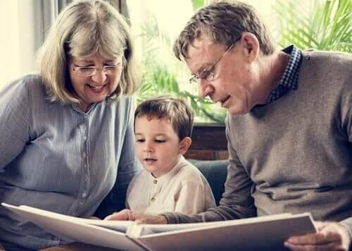 grands-parents lisant une histoire à leur petit-fils