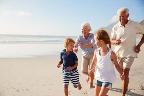 grands-parents courant sur la plage avec leurs petits-enfants