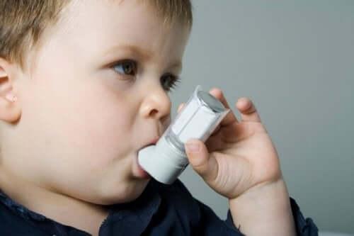 jeune garçon asthmatique qui se soigne